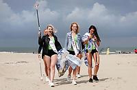 Nederland -  Wijk aan Zee - 2019. Boskalis Beach Cleanup Tour. In de zomer van 2019 wordt de hele Noordzeekust weer schoon dankzij de Boskalis Beach Cleanup Tour van Stichting De Noordzee. Dit wordt gedaan om om te laten zien hoeveel afval er op de stranden ligt en in zee terechtkomt. De plasticsoep zorgt ervoor dat er jaarlijks meer dan 1 miljoen zeedieren sterven. Miss Beauty's 2019 en Miss Earth helpen vandaag mee.    Foto mag niet in negatieve / schadelijke context worden gepubliceerd.     Foto Berlinda van Dam / Hollandse Hoogte