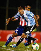 ASUNCION – PARAGUAY – 10-09-2013: Paulo Da Silva (Der.) jugador de Paraguay, disputa el balón con Rodrigo Palacio (Izq.) jugador  de Argentina, durante partido en el estadio Defensores del Chaco en Asuncion, Paraguay, septiembre10 de 2013. Los seleccionados de Paraguay y Argentina disputan partido en la fecha diez y seis por la clasificatoria a la Copa Mundo FIFA Brasil 2014. (Foto: Photogamma / Javier  Garcia M. /VIzzorImage). Paulo Da Silva (R) jugador from Paraguay, fights for the ball with Rodrigo Palacio (L) player  from Argentina during game at the Defensores del Chaco Stadium in Asuncion Paraguay, September 10, 2013. The Paraguay and Argentina teams dispute a game on the date sixteen qualifying to the FIFA World Cup Brazil 2014. (Photo: Photogamma / Javier Garcia M. /VIzzorImage)