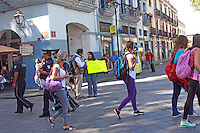 """Oaxaca de Juárez, Oax. 09/01/2016.- A intensión de sensibilizar a la sociedad Oaxaqueña respecto al tema sobre la discriminación de personas infectadas con el virus de Inmunodeficiencia Humana (VIH), una joven quien a iniciativa propia se unió a la campaña que ha recorrido el mundo respecto a la exigencia de derechos a la igualdad de las personas con Síndrome de Inmunodeficiencia Adquirida (SIDA), realizo este día un experimento en el zócalo de la capital del estado.<br /> <br /> Dicho ensayo consistió en pararse en un punto de esta plaza céntrica con un cartel que decía """"Tengo SIDA dame un abrazo"""", para posteriormente hacer este mismo ejercicio pero quitando de anuncio la palabra SIDA, y así observar las reacciones de las personas que transitaban por este lugar.<br />  <br /> Cabe destacar que al final del experimento, la joven comento que un porcentaje alto de la ciudadanía accedió a regalarle un abrazo, lo anterior aun con el cartel donde expresaba estar contagiada de dicha enfermedad, lo cual exhibió que la sociedad ha asimilado y desechado los tabúes alrededor de las personas que  portan el VIH, sin embargo dijo, aún persisten muchas personas que denotan prejuicios con respecto a este tema.<br /> <br /> Foto: patricia Castellanos / Obture"""