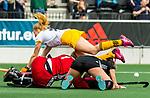 AMSTELVEEN - Hockey - Hoofdklasse competitie dames. AMSTERDAM-DEN BOSCH (3-1) Margot van Geffen (Den Bosch) stuit op keeper Anne Veenendaal (A'dam)  en Kimberly Thompson (A'dam) .  COPYRIGHT KOEN SUYK
