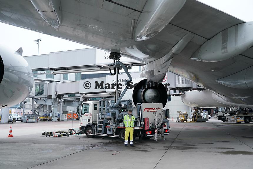Tankwagen am A380 von Singapore Airlines auf dem Frankfurter Flughafen - Frankfurt 23.10.2019: Schüler machen Zeitung bei Singapore Airlines