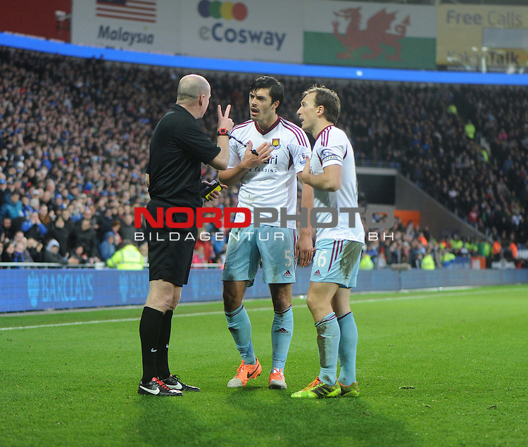 West Ham United&rsquo;s James Tomkins and West Ham United&rsquo;s Jack Collison confront the ref. -  11/01/2014 - SPORT - FOOTBALL - Cardiff City Stadium - Cardiff - Cardiff City v West Ham United - Barclays Premier League<br /> Foto nph / Meredith<br /> <br /> ***** OUT OF UK *****