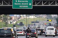 SÃO BERNARDO DO CAMPO, SP, 19.11.2015- TRÂNSITO-FERIADO - Movimentação de veículos em direção ao litoral paulista pela via Anchieta na tarde desta quinta-feira, 19. (Foto: Renato Mendes / Brazil Photo Press)