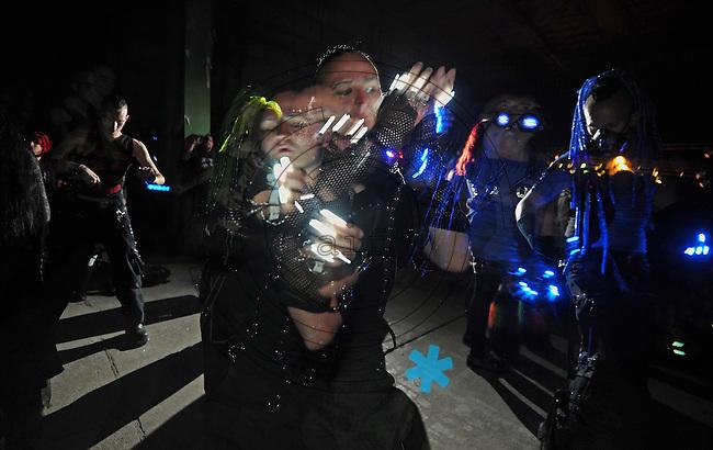 WGT 2013 - Cyber Goth beim Ausdruckstanz mit Leuchtdioden an der Kleidung . Foto: Norman Rembarz