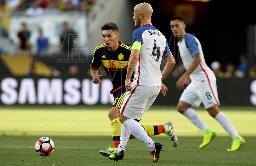 SANTA CLARA - UNITED STATES, 03-06-2016: Michael Bradley (Der) jugador de Estados Unidos (USA) disputa el balón con Daniel Torres (Izq) jugador de Colombia (COL) durante partido del grupo A fecha 1 por la Copa América Centenario USA 2016 jugado en el Levi's Stadium en Santa Clara, California, USA. /  Michael Bradley (R) player of United States (USA) fights the ball with Daniel Torres (L) player of Colombia (COL) during match of the group A date 1 for the Copa América Centenario USA 2016 played at Levi's Stadium in Santa Clara, California, USA. Photo: VizzorImage/ Luis Alvarez /Str