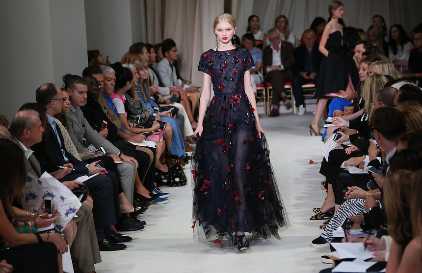 A model walks the runway during the Oscar de la Renta presentation at New York Fashion Week in New York, Tuesday, September 15, 2015. AFP PHOTO/TREVOR COLLENS