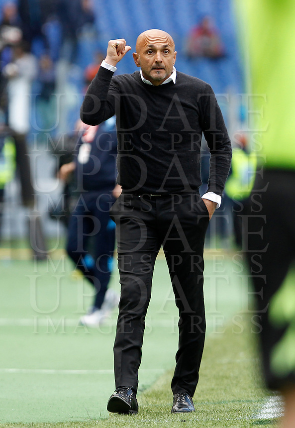 Calcio, Serie A: Roma vs Napoli. Roma, stadio Olimpico, 25 aprile 2016.<br /> Roma's coach Luciano Spalletti gestures during the Italian Serie A football match between Roma and Napoli at Rome's Olympic stadium, 25 April 2016. <br /> UPDATE IMAGES PRESS/Isabella Bonotto