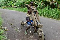 RWANDA, Ruhengeri, wooden roller Chukudu for rural transports / RUANDA, Musanze, Ruhengeri, Transport mit Tshukudu Lastenroller aus Holz in einem Dorf