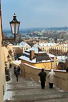 Tschechien, Boehmen, Prag: Blick von der Prager Burg ueber verschneite Stufen zur Altstadt | Czech Republic, Bohemia, Prague: View down the Old Castle Steps in Winter