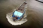 RIDDERKERK - Binnenvaartschip geladen met grond vaart op de rivier. COPYRIGHT TON BORSBOOM