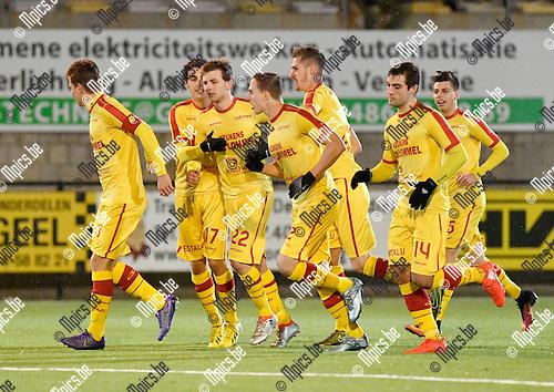 2016-11-12 / voetbal / seizoen 2016-2017 / Oosterzonen - Hasselt / Arne Hoefnagels (3e van links) (Oosterzonen) heeft via penalty de gelijkmaker binnengetrapt en wordt gefeliciteerd door zijn ploegmaats