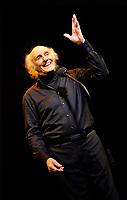 Gilles Vigneault sur sc&egrave;ne &agrave; l'Olympia (Paris) le 26-11-2009.<br /> &copy; FAUSTINE/DALLE
