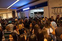 PIRACICABA, 29.04.14 - INAUGURAÇÃO SHOPPING CENTER PIRACICABA - Público esperando em frente a loja da SAMSUNG para tirar foto com o ator Júlio Rocha, Globo. (Foto: Mauricio Bento / Brazil Photo Press )