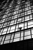 """Milano, un collettivo di """"Lavoratori dell'Arte e dello Spettacolo"""" occupa un edificio inutilizzato, la Torre Galfa, per dare vita a un nuovo centro per le arti e la cultura chiamato MACAO. Le finestre del grattacielo illuminate di notte --- Milan, a collective of """"Arts and Entertainment Workers"""" occupy an unused building, the Galfa Tower, in order to create a new centre for arts and culture called MACAO. The windows of the skyscraper illuminated at night"""