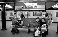 BERLINO / GERMANIA - 1990.BERLINESI ALLA FERMATA DELLA METROPOLITANA DI WITTENBERG PLATZ..FOTO LIVIO SENIGALLIESI..BERLIN / GERMANY - 1990.IN THE UNDERGROUND. .PHOTO BY LIVIO SENIGALLIESI