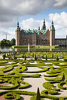 Denmark, Zealand, Hillerod: Frederiksborg Slot Castle built in the early 17th century for King Christian 4th on Castle Lake, Baroque Garden, Barokhaven | Daenemark, Insel Seeland, Hilleroed: Schloss Frederiksborg mit Schlosssee und Schlossgarten