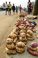 KENYA, County Kakamega, Bukura, women sell sweet potato at the road on market day / KENIA, Frauen verkaufen Suesskartoffeln auf dem Markt