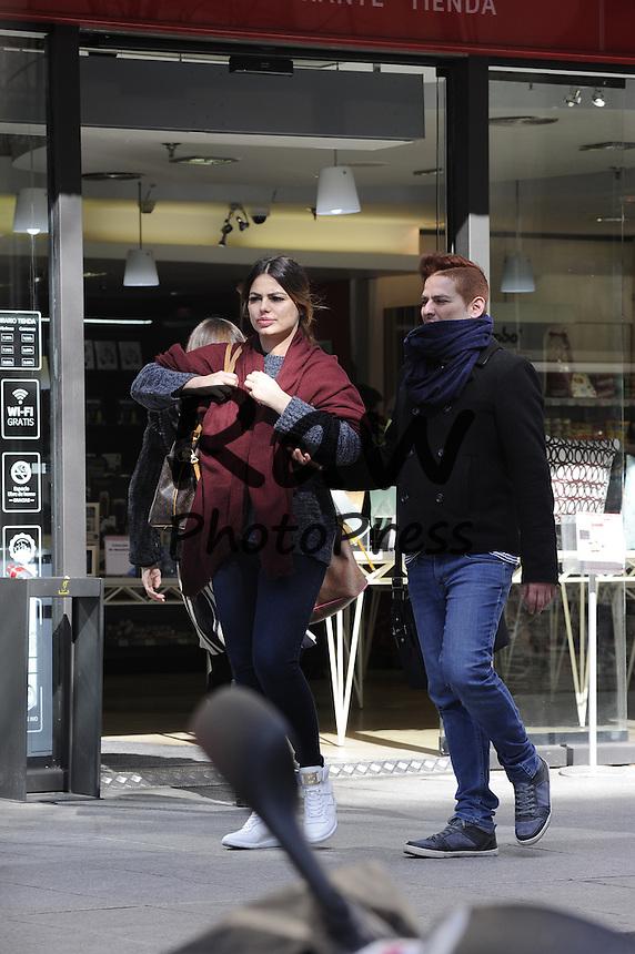 Marisa Jara ha salido a dar un paseo con un amigo por Madrid.<br /> <br /> Model Marisa Jara out and about Madrid with a friend on February 25th, 2016.