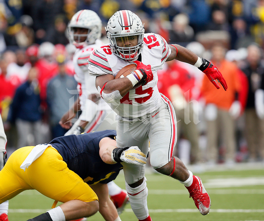 Ohio State Buckeyes running back Ezekiel Elliott (15) against Michigan Wolverines at Michigan Stadium in Arbor, Michigan on November 28, 2015.  (Dispatch photo by Kyle Robertson)