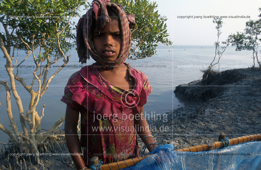 INDIA Westbengal, Sundarbans, children catch shrimp larvae for shrimp cultivation / INDIEN, Kinder fangen Shrimpslarven für Garnelenzucht in den Sunderbans