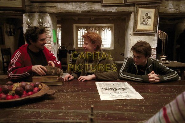 ALFONSO CUARîN (DIRECTOR), RUPERT GRINT & DANIEL RADCLIFFE .on the set of Harry Potter and the Prisoner of Azkaban.Filmstill - Editorial Use Only.Ref: FB.www.capitalpictures.com.sales@capitalpictures.com.Supplied by Capital Pictures