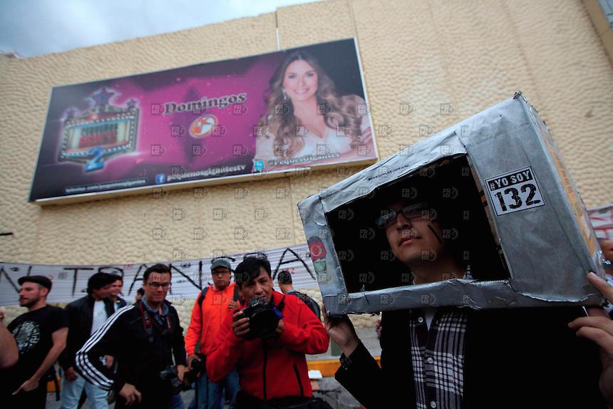 20626. México, D.F.-  Miembros de movimiento #YoSoy132 durante la Segundo Festival de la Luz, frente a las instalaciones de Televisa Chapultepec de la Ciudad de México.   NOTIMEX/FOTO/ALEJANDRO MELENDEZ/AMO/WAR/