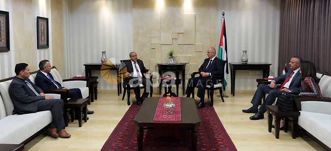 Palestinian Prime Minister Rami Hamdallah meets with Jordanian Justice Minister Awad Abu Jarad at his office, in the West Bank city of Ramallah on May 16, 2017. Photo by Prime Minister Office