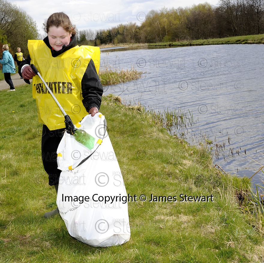 20/04/2010   Copyright  Pic : James Stewart.22_helix_litter  .::  HELIX PROJECT ::  KIDS FROM BRAES HIGH SCHOOL TAKE PART IN THE LITTER PICK AT THE FORTH & CLYDE CANAL BETWEEN LOCK 2 AND THE BLUE BRIDGE ::.