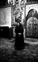 Kosovo   Novembre 2000.Pe? (in albanese Pejë / Peja; in serbo Pe?).Il Patriarcato ortodosso, suora ortodossa .