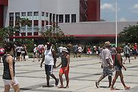 SAO PAULO, SP, 28.12.2014 – CLIMA TEMPO - SESC DO BELEM: O primeiro domingo com muito sol e calor, após o início do verão fez com que as pessoas enchessem a piscina do Sesc Belém, no bairro do belém  região leste de São Paulo neste domingo (28). (Foto: Marcos Moraes / Brazil Photo Press).