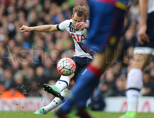 21.02.2016. White Hart Lane, London, England. Emirates FA Cup 5th Round. Tottenham Hotspur versus Crystal Palace. Harry Kane shoots from the free kick which Hennesy saved by the post