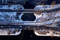 Alsterknoten: EUROPA, DEUTSCHLAND, HAMBURG, (EUROPE, GERMANY), 03.03.2005: Hamburg, Lombartsbruecke, Kennedybruecke, Aussenalster, Binnenalster,  Belastung, CO2,  Auto, Autos, Berufsverkehr, Europa, Feinstaub, Luft, Luftverschmutzung, Stadt, Stadtverkehr, Schnee, Route, Weg, Bruecke, Ader, Verkehr, Verkehrs, Eisenbahn,  Umwelt, Umweltverschmutzung, Verkehr, genervt, auswaerts, einwaerts, Aufwind-Luftbilder, Luftbild, Luftaufname, Luftansicht.c o p y r i g h t : A U F W I N D - L U F T B I L D E R . de.G e r t r u d - B a e u m e r - S t i e g 1 0 2, .2 1 0 3 5 H a m b u r g , G e r m a n y.P h o n e + 4 9 (0) 1 7 1 - 6 8 6 6 0 6 9 .E m a i l H w e i 1 @ a o l . c o m.w w w . a u f w i n d - l u f t b i l d e r . d e.K o n t o : P o s t b a n k H a m b u r g .B l z : 2 0 0 1 0 0 2 0 .K o n t o : 5 8 3 6 5 7 2 0 9.C o p y r i g h t n u r f u e r j o u r n a l i s t i s c h Z w e c k e, keine P e r s o e n l i c h ke i t s r e c h t e v o r h a n d e n, V e r o e f f e n t l i c h u n g  n u r  m i t  H o n o r a r  n a c h M F M, N a m e n s n e n n u n g  u n d B e l e g e x e m p l a r !.