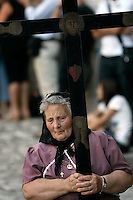 Una donna con una corona di spine porta una croce durante la processione conclusiva dei Riti Settennali dedicati alla Vergine Assunta a Guardia Sanframondi, 22 agosto 2010..A woman wearing a crown of thorns on her head holds a cross as she takes part in the procession closing the septennial rites in honour of the Virgin Assunta, in the village of Guardia Sanframondi, southern Italy, 22 august 2010..UPDATE IMAGES PRESS/Riccardo De Luca