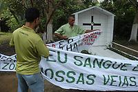 D. Erwin Krautler Tumulo de Dorothy Mae Stang.<br /> <br /> <br /> Manifestações populares em protesto pelo assassinato de Dorothy Stang ocorrido no PDS Esperança em Anapú no Pará.<br /> Anapú, Pará, Brasil.<br /> Foto Paulo Santos<br /> 12/02/2006
