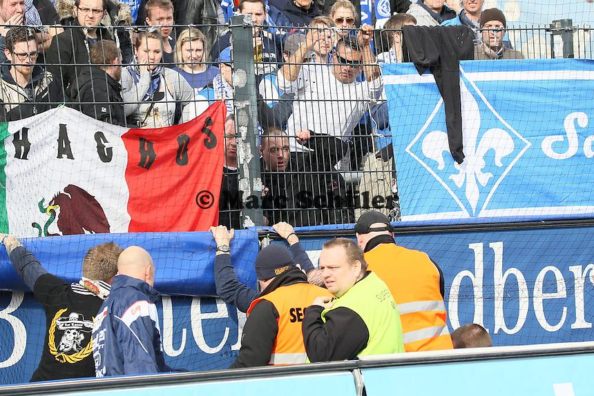 Darmstaedter Fan ist vom Zaun gestuerzt, Security sperrt ab- FSV Frankfurt vs. SV Darmstadt 98, Frankfurter Volksbank Stadion
