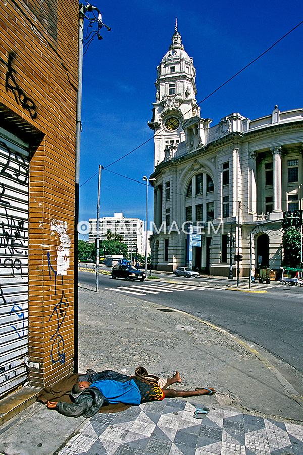 Moradores de rua no centro de São Paulo. 1997. Foto de Juca Martins.