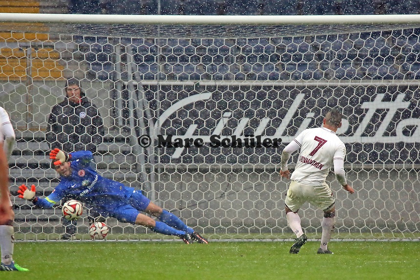 Felix Wiedwald (Eintracht) haelt den Elfmeter von Johan Vonlanthen (Genf), aber Anthony Sautier trifft im Nachschuss zum 3:4 - Eintracht Frankfurt vs. Servette Genf, Commerzbank Arena