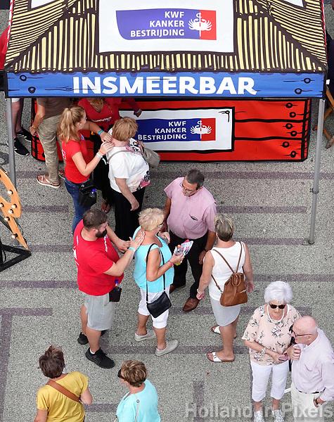 Nederland - Almere - Augustus 2018.    De tweede editie van het Forever Young Festival.  Het Forever Young Festival is een gratis festival met veel activiteiten en optredens voor 65-plussers. Mensen worden ingesmeerd met zonnebrandcreme bij de Insmeerbar.    Foto mag niet in negatieve context gepubliceerd worden.     Foto Berlinda van Dam / Hollandse Hoogte