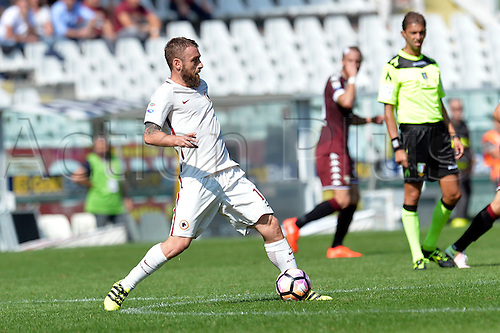 25.09.2016. Stadio Olimpico Grande Torino, Turin, Italy. Serie A Football. Torino versus Roma. Daniele De Rossi plays the ball forward in midfield