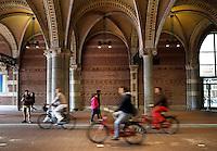 Fietsen onder het Rijksmuseum in Amsterdam