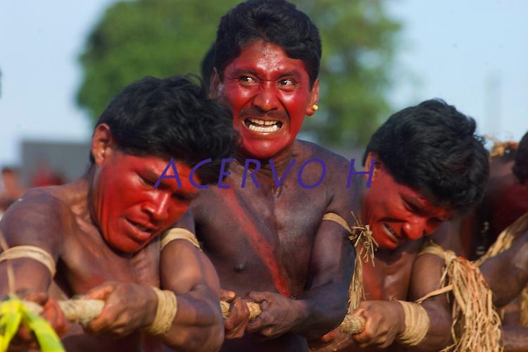 Índios das Etnia Assurini desputam o cabo de guerra   durante  l jogos indígenas do Pará que conta com a participação de 14 etnias do estado e mais uma do Tocantins com a participação de 500 atletas.<br /> Tucuruí Pará Brasil.<br /> 18/06/2004<br /> Foto Paulo santos/Interfoto<br /> <br /> <br /> Jogos Indígenas.<br /> Tucuruí , Pará, Brasil.<br /> Foto Paulo Santos<br /> 2004