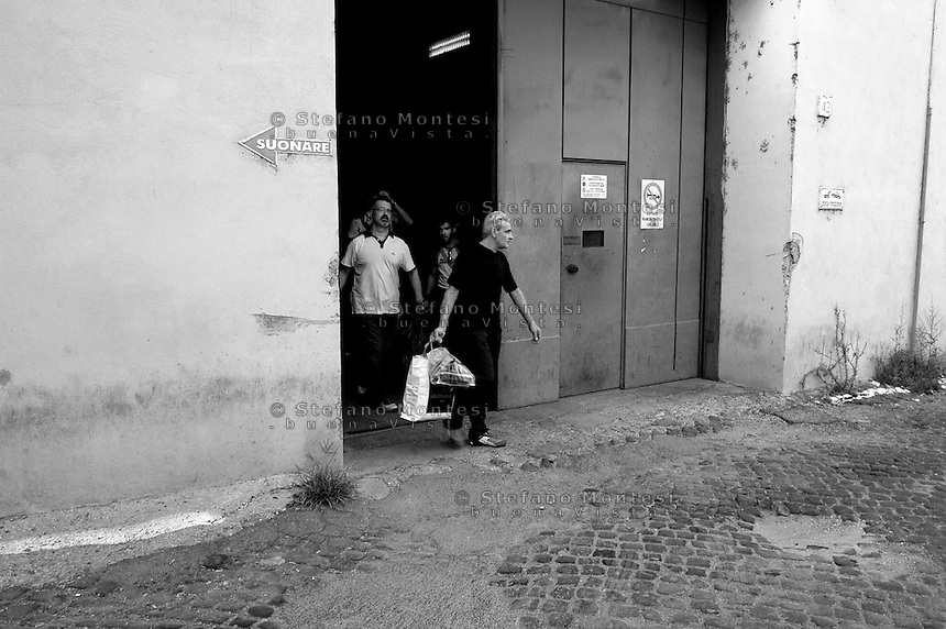 Roma 2 Agosto 2006.Carcere di Regina Coeli  .I detenuti escono dal carcere  per l'indulto. Regina Coeli (Queen of Heaven) Prison..Prisoners Go out Of the Jail for the pardon.
