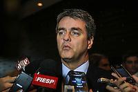 SAO PAULO, SP, 27 MAIO 2013 - EMBAIXADOR ROBERTO AZEVÊDO NA FIESP - O diretor-geral da Organização Mundial do Comércio (OMC) o Embaixador Roberto Azevêdo atende à imprensa após almoço com o presidente da Federação das Indústrias do Estado de São Paulo (Fiesp), Paulo Skaf, e diretores da entidade, onde foram discutidos temas importantes da área de comércio exterior para a indústria brasileira, tais como câmbio, importação, China e a Rodada Doha. Na sede da Fiesp nesta segunda-feira, 27. FOTO VANESSA CARVALHO- BRAZIL PHOTO PRESS