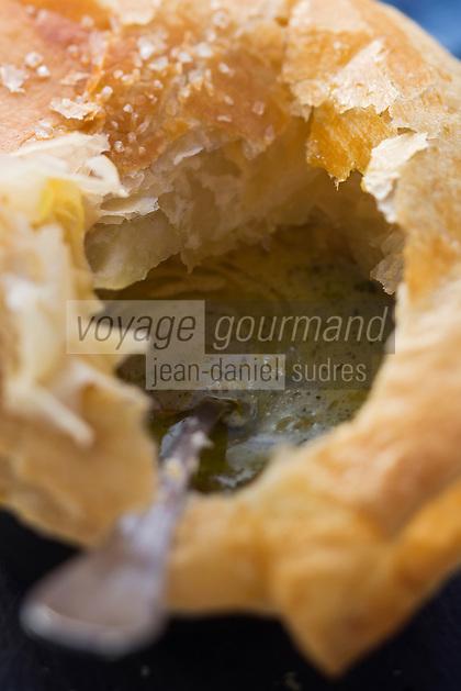 Europe/France/73/Savoie/Val d'Isère: Soupe d'escargots servie en cocotte lutée avec ail et persil, recette du restaurant: La Fruitière  à l'arrivée de la télécabine de la Daille,