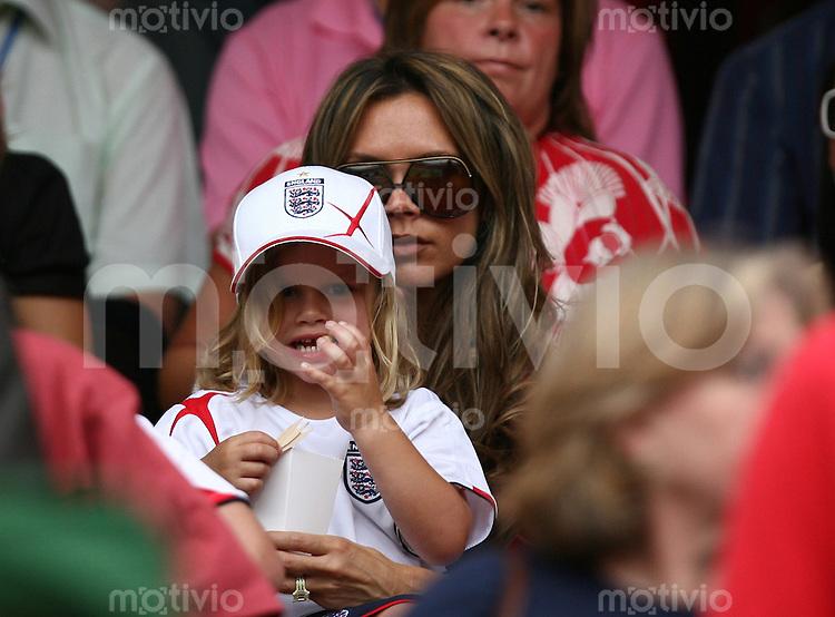 Fussball WM 2006  Gruppenspiel  Vorrunde England - Trinidad & Tobago Die Ehefrau von David Beckham Victoria mit Sohn Romeo auf der Tribuehne