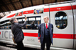 Amsterdam, 3 november 2010.ICE, internationale trein van Amsterdam naar Frankfurt hier op het Centraal Stauion van Amsterdam, rijdt 10 jaar. Ter gelegenheid van dit jubileum is een fotowedstrijd georganiseerd, de winnende foto's zijn op de trein geplakt..Op de foto treinmanager Klaas Salverda (rechts) terwijl deelnemer Frank Klijn zijn eigen foto fotografeert..Foto Felix Kalkman, Amsterdam