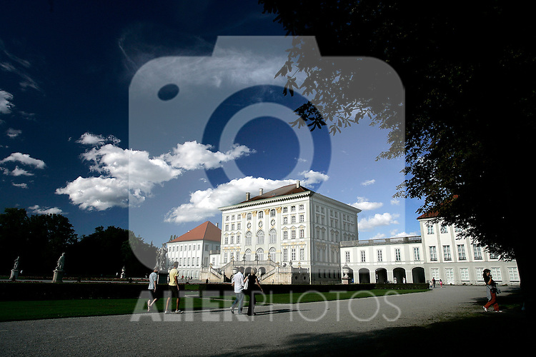 Tourists walk in the gardens of Nymphenburg palace in Munich, Germany, August 04, 2008. (ALTERPHOTOS/Alvaro Hernandez)