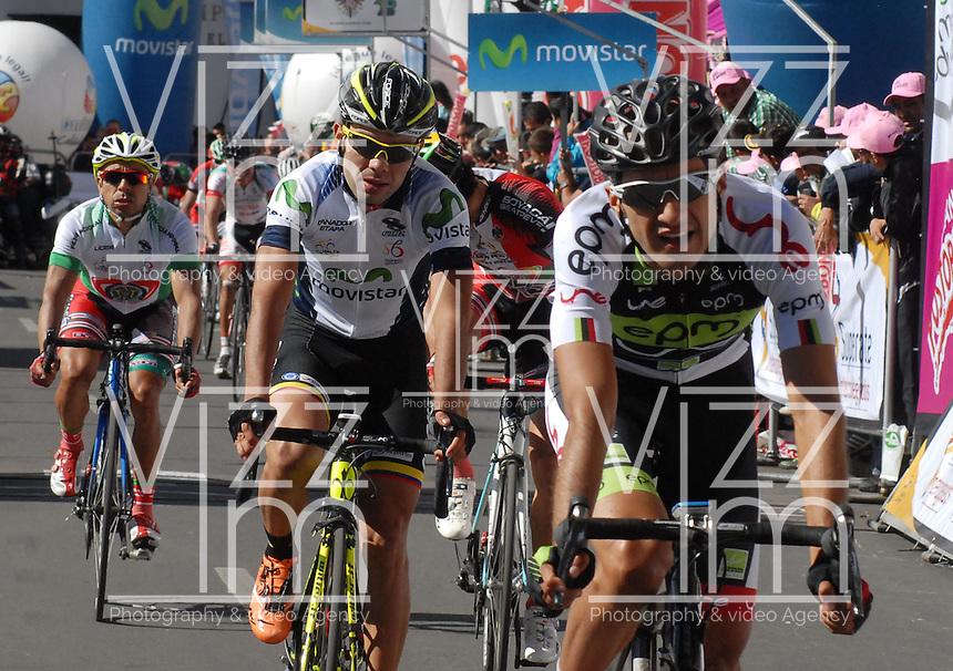 COLOMBIA. 08-08-2014. Un lote de ciclistas llega a la meta de la etapa 3, Barbosa – Chiquinquirá – Tunja – 123.2 Km, de la Vuelta a Colombia 2014 en bicicleta que se cumple entre el 6 y el 17 de agosto de 2014. / A group of cyclists reaching the finish line of the stage 3, Barbosa – Chiquinquirá – Tunja – 123.2 Km, of the Tour of Colombia 2014 in bike holds between 6 and 17 of August 2014. Photo:  VizzorImage/ José Miguel Palencia / Str