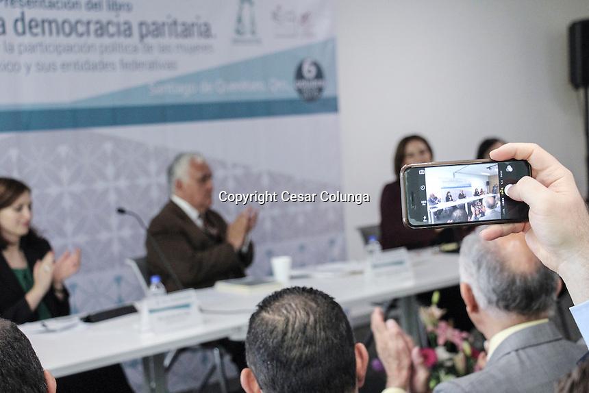 Quer&eacute;taro, Qro. 6 de octubre de 2016.- Se realiz&oacute; la presentaci&oacute;n del libro &quot;Hacia una democracia paritaria.&quot; La evoluci&oacute;n de la participaci&oacute;n pol&iacute;tica de las mujeres en Mexico y sus entidades federativas. <br /> <br /> Estuvieron presentes, Dr. Carlos Baez Silva, Coautor del libro, Dra. Karolina M. Gilas, Coautora del libro, Magdo. Manuel Gonzalez Oropeza, Lic. Yolanda Elias Calles Cant&uacute;,Consejera electoral y Maria Daniela Correa Ruiz, Directora del Instituto Queretano de las Mujeres.<br /> <br /> Foto: C&eacute;sar Colunga.