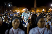 Roma, 7 Settembre, 2013. Pellegrini in preghiera in Piazza San Pietro durante la veglia di preghiera contro l'intervento armato in Siria e contro tutte le guerre